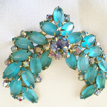 Brooch I ran across and love - reminds me of wings but I know nothing about it - Costume Jewelry