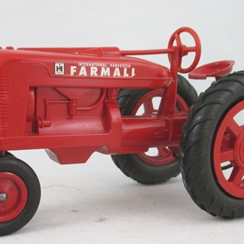 Farmall M Tractor from the Tractor collection - Model Cars