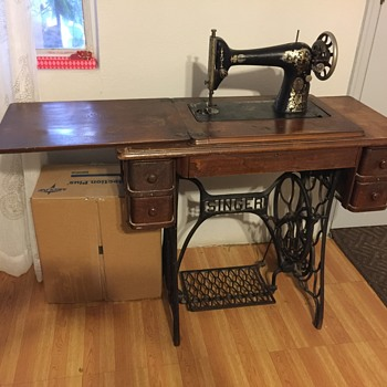 vintage singer sowing machine/table