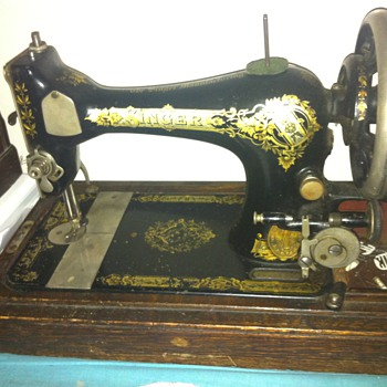 Victorian 1903 singer sewing machine with coffin top box