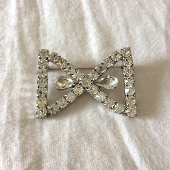 Bow shape brooch!
