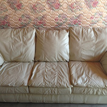 Perfect condition vintage style 6foot couch and love seat section!