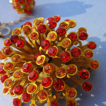 MUST HAVE 1960s VINTAGE Star Burst Brooch with matching clip earrings