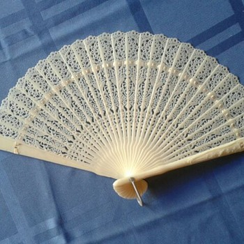 UNIQUE LACY HAND HELD FAN - IVORY TONE PLASTIC - HONG KONG - 1940-1950s