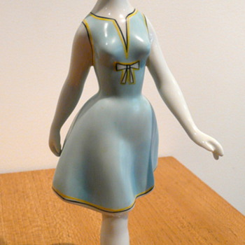 A HOLLOHAZA PORCELAIN FIGURINE OF A 1950'S WOMAN - Art Pottery