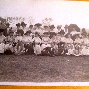 HUGE OUTDOOR GATHERING ABOUT 1912 WOMEN IN GIGANTIC HATS? ANY CLUE AS TO WHAT IS GOING ON? BETTER PHOTO NOW!
