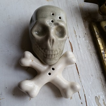 Skull salt and pepper shakers - Kitchen