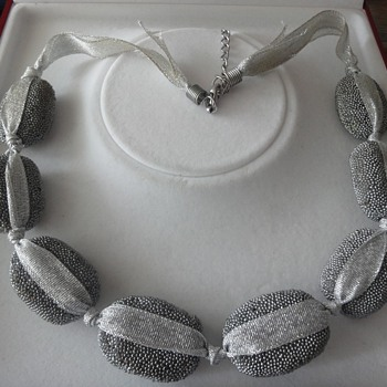 "Particularly vintage silver gray necklace made ??of ""stones"""