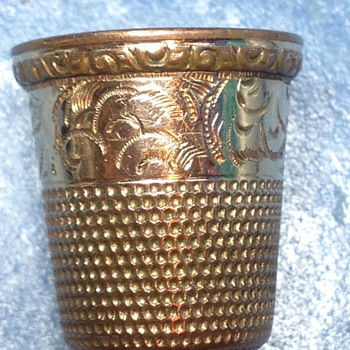 Gold thimble with a star and the number 12 inside - Sewing