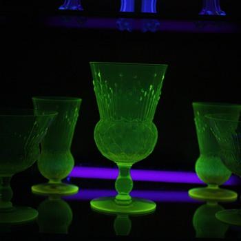 Vaseline glass mystery pattern pukeberg - Glassware