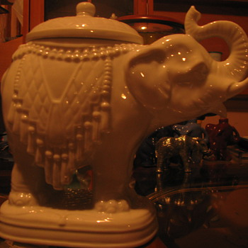 White trinket box elephant - Animals