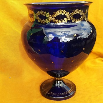 Footed blue vase with gilded decoration