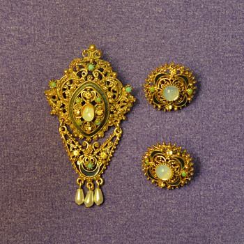 "Florenza Brooch and Earrings (""gold"") from my Great-Grandma - Costume Jewelry"