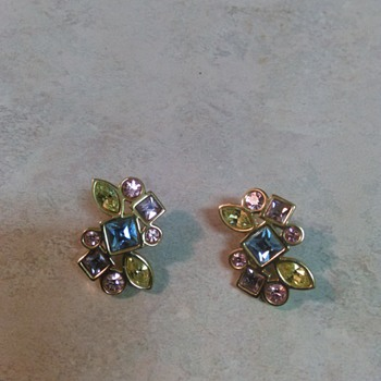 GOLDTONE  COLORED GLASS EARRINGS