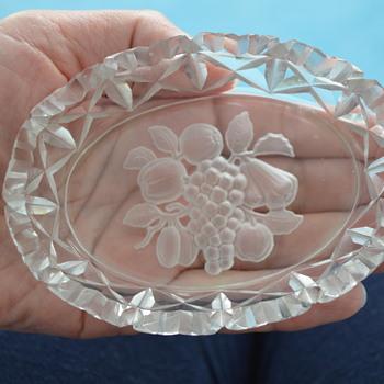 Intaglio cut small trinket dish - Glassware