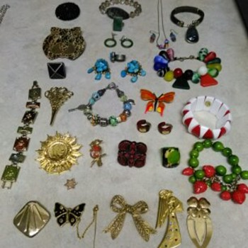VARIETY OF COSTUME JEWELRY