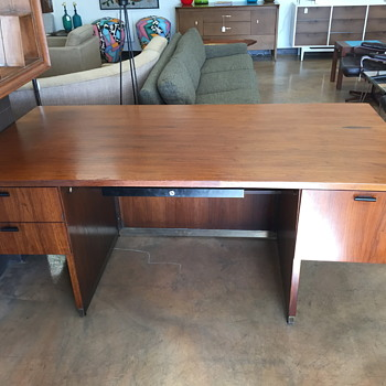 Looking for who manufactured this executive desk - Furniture