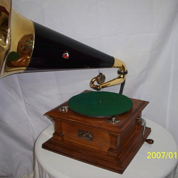 Victor V Talking Machine phonograph - Records