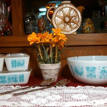 """Vintage 1960's Pyrex """"Butterprint"""" set of Stackers& 4 qt Bowl!"""