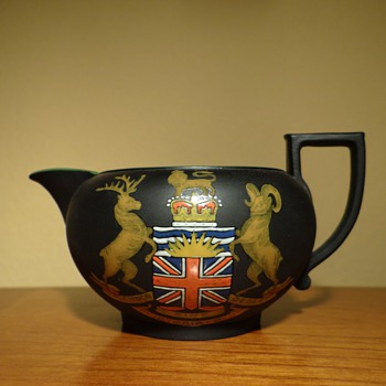 WEDGWOOD BLACK BASALT CREAMER CREST DATED 1898 - China and Dinnerware