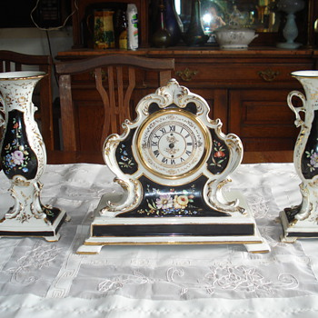 A rare garniture most possibly vieux Paris - Art Pottery
