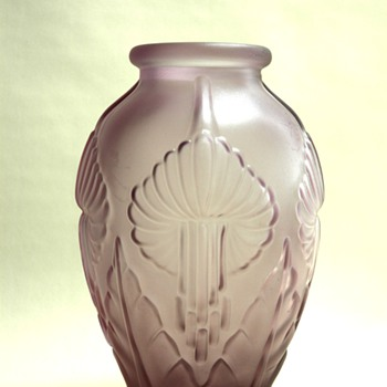 lovely art deco velvet frosted glass vase,  french or from belgium. - Art Glass