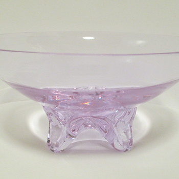 Now it's Purple, nOw it's Blue?   Neodymium / Alexandrite Footed Bowl.  - Art Glass