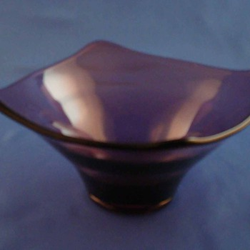 Vintage Amethyst Purple Glass Curved Edges Footed Bowl Pilgrim Perhaps Viking   - Art Glass