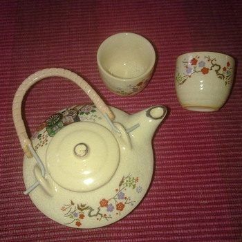 MINATURE ORIENTAL TEAPOT AND CUPS - Asian