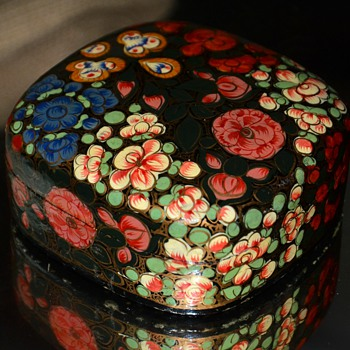 Pretty little laquer box - Asian