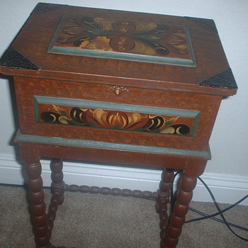 ANTIQUE SEWING TABLE - Sewing