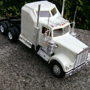 Kenworth Semi Truck W - 900