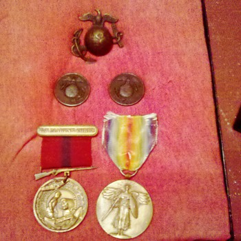 Elusive WWI U.S. Marine Corps E.G.A. cap badge & Matching French made collar discs!
