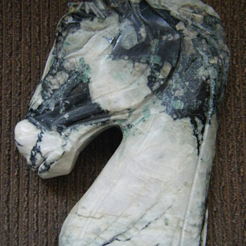 VERY NICE EMERALD STONE HORSE HEAD FULLY CARVED 8 INCHES TALL