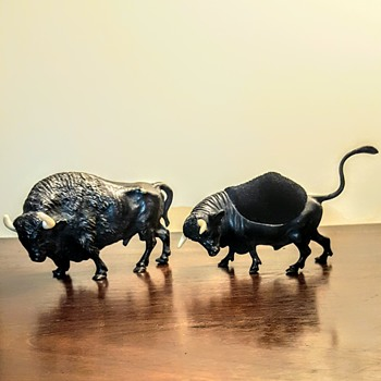 Vienna bronze bull and buffalo playing fight + Mama cow! - Visual Art