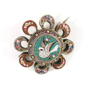 Micro Mosaic Dove brooch set in 14 ct gold
