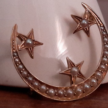 Antique 14ct gold crescent seed pearl brooch