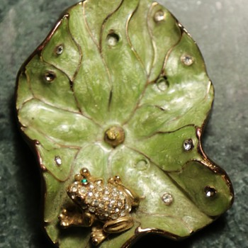 Rhinestone frog on an Enameled Lily Pad - Animals