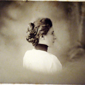 Backshot profiles and twist around poses on cabinet cards