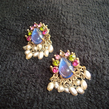 Beautiful Florenza earrings - Costume Jewelry