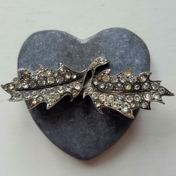 "Antique silver and paste holly leaves brooch, mysterious maker ""etruscan urn"" mark again!"