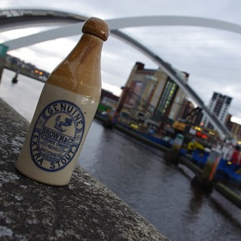 BROWN & CO GENUINE EXTRA STOUT GATESHEAD