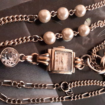 Assemblage of a vintage watch & key on a chain