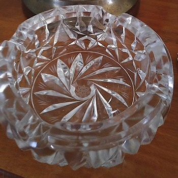 Glass ashtray with eight point star in the center. - Tobacciana