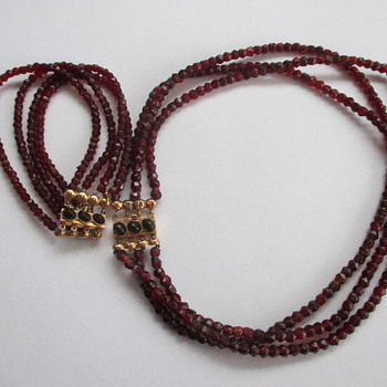 Garnet necklace and bracelet with golden clasp