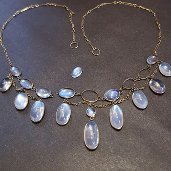 A poor antique moonstones and gold fringe necklace.
