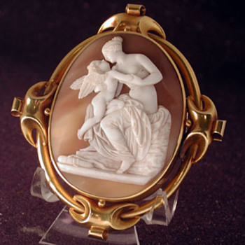 Museum quality carved cameo of the kiss of Venus and Cupid
