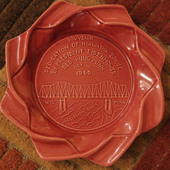 1960 Souvenir Red Wing Potteries Ashtray Eisenhower Bridge Dedication - Tobacciana