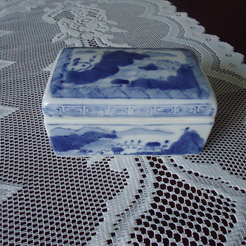 SMALL TRINKET BOX. - China and Dinnerware