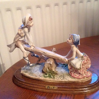 Stoneware figurine of boy and girl - Figurines